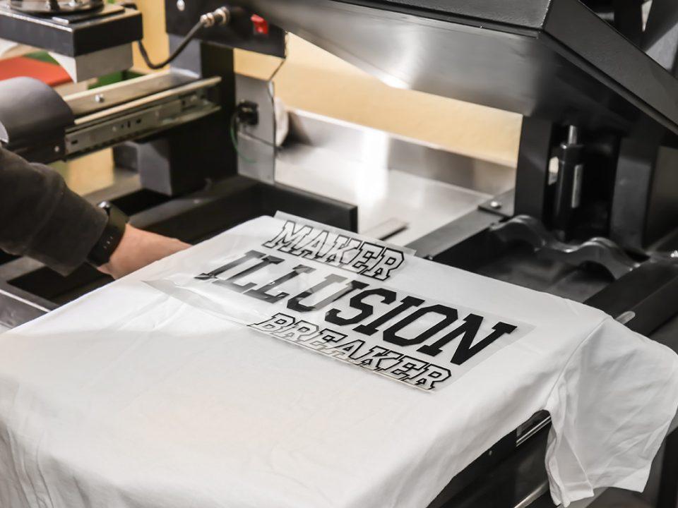 Nadruk na koszulkę - gdzie i jak można go wykonać?