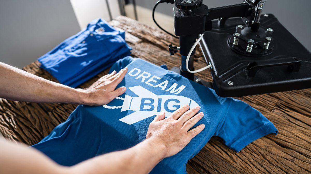 Jak przebiega zamawianie koszulek z własnym nadrukiem w drukarni?